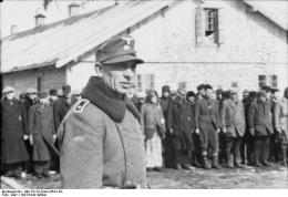 Lettland, KZ Salaspils, Aufseher vor Häftlingen