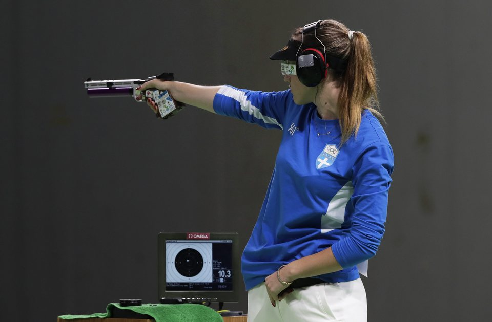epa05461329 Anna Korakaki of Greece takes aim during the women's 10m Air Pistol final of the Rio 2016 Olympic Games Shooting events at the Olympic Shooting Centre in Rio de Janeiro, Brazil, 07 August 2016. Korakaki won the bronze medal.  EPA/VALDRIN XHEMAJ