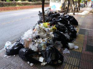 Οι ΠΡΑΣΙΝΟΙ ΑΛΛΗΛΕΓΓΥΗ: Βουνά από σκουπίδια, σκηνή από κακής ποιότητας ταινία που παίζεται ξανά και ξανά